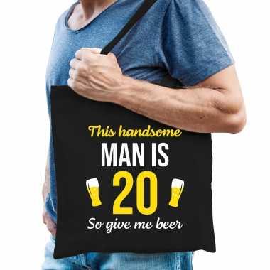 Verjaardag cadeau tas 20 jaar - this handsome man is 20 give beer zwart voor heren