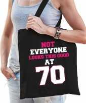Not everyone looks this good at 70 verjaardag cadeau tasje zwart voor dames