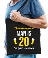 Verjaardag cadeau tas 20 jaar this handsome man is 20 give beer zwart voor heren